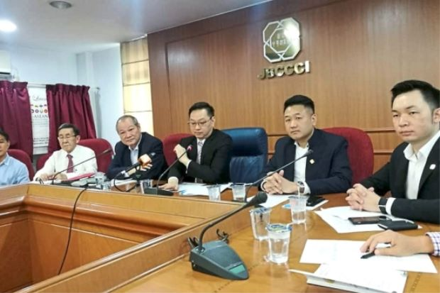 Puah (third from right) in a press conference at the Johor Baru Chinese Chamber of Commerce and Industry building.